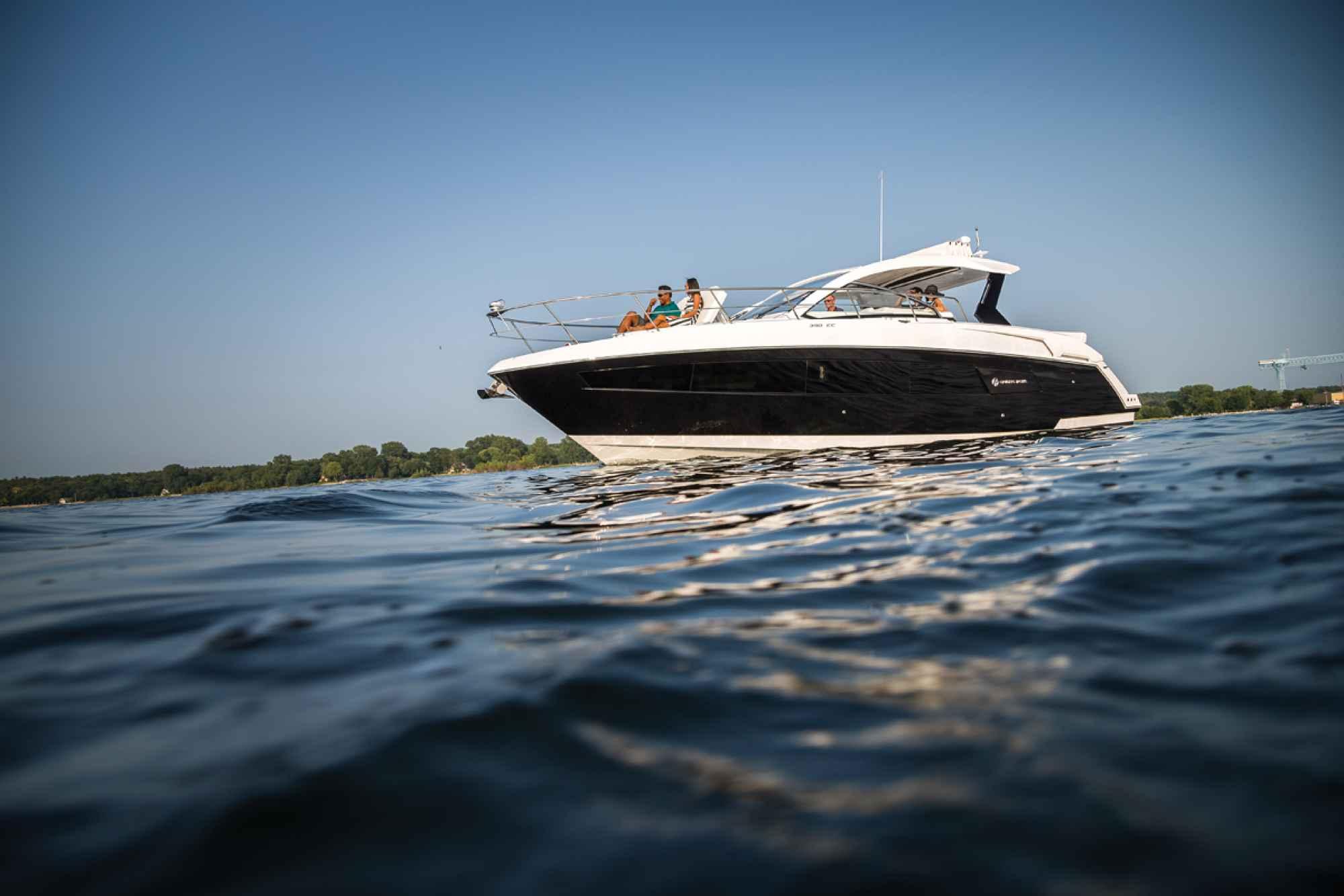 Cruisers Yachts 390 Express Coupé , de carácter elegante y perfil versátil