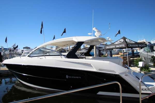 ¿Qué distingue al nuevo 2015 390 Express Coupe de Cruisers Yachts?